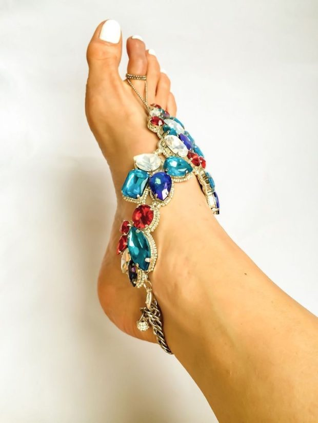 женские браслеты: украшение на ногу с крупными камнями яркого цвета