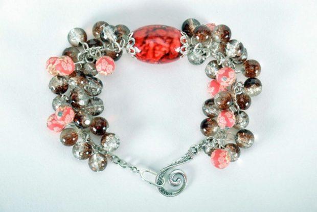 браслеты из бусин и камней красных розовых