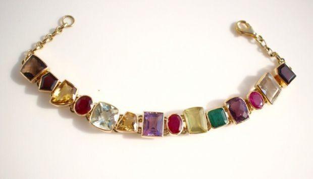 браслет из камней разной формы и разного цвета