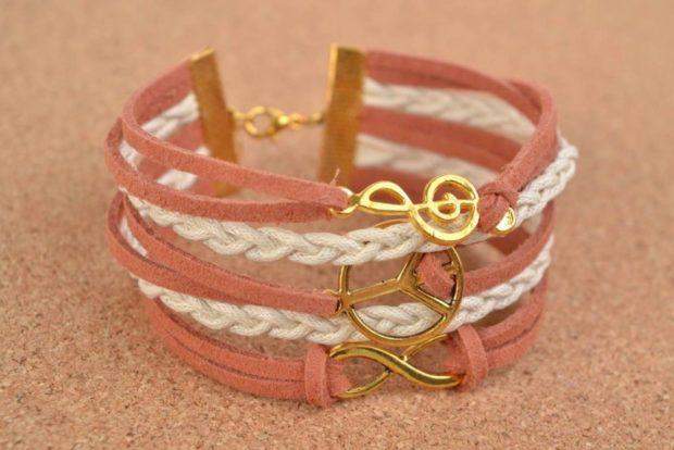 женские браслеты: многослойный кожаный с золотыми украшениями