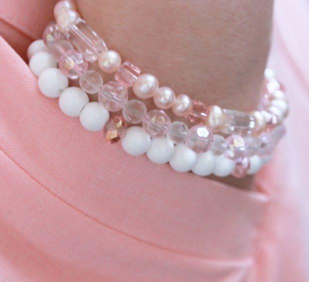браслет многослойный из розовых белых и прозрачных бусинок