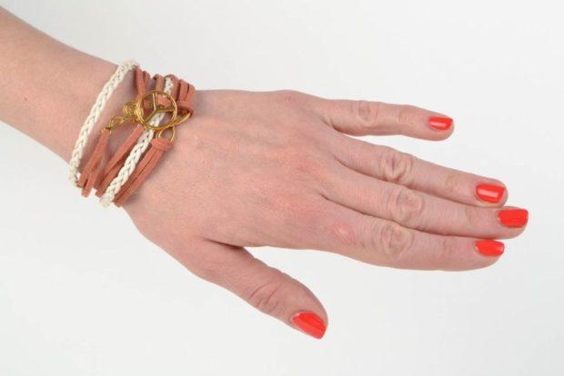 женские браслеты: кожаный многослойный с золотыми украшениями