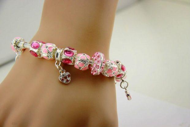 женские браслеты: розовый с подвесками