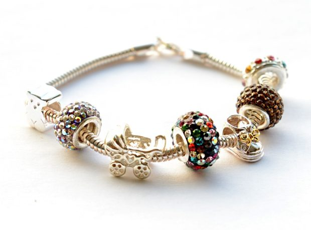 женские браслеты: золотой с подвесками разной формы