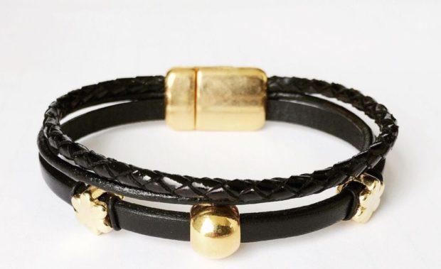 женские браслеты: кожаный с золотыми украшениями