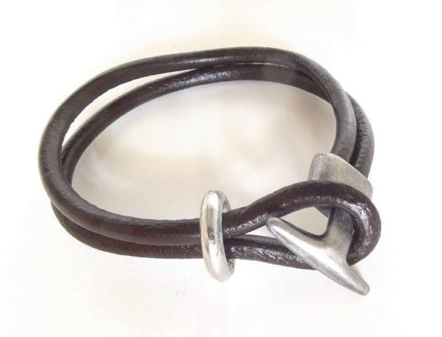 женские браслеты: кожаный с оригинальной серебристой застежкой