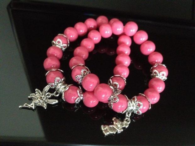 браслет из розовых бусин с серебристыми украшениями