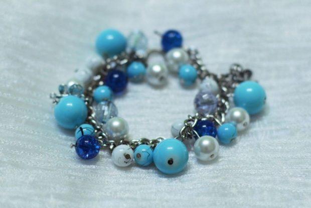 браслет из бусин голубых и синих