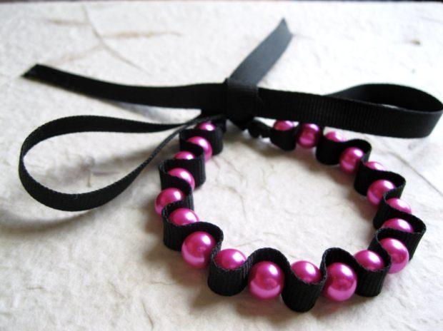 браслет из бусин розовых с лентой атласной