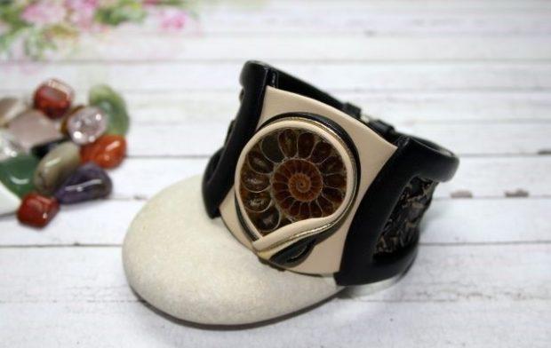 массивный браслет черный с белым с интересным украшением