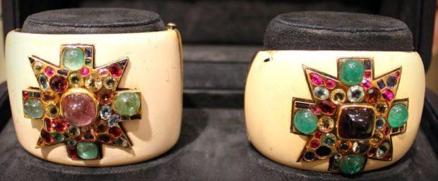 массивные браслеты бежевые с узором из камней ярких