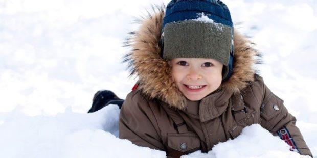 коричневый пуховик для мальчика с капюшоном и мехом