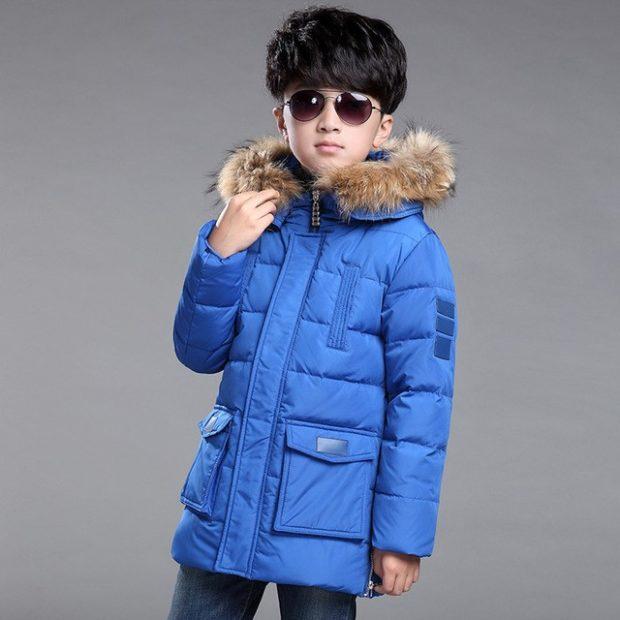 синий пуховик с карманами капюшон с мехом