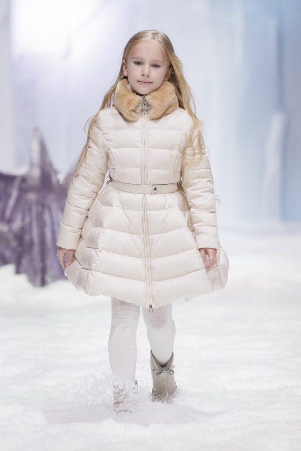 детский куртка фото: белая стеганая с меховым воротом под пояс