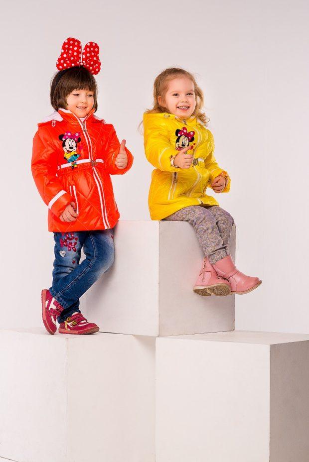 детские зимние куртки: пуховики красный желтый с абстракцией