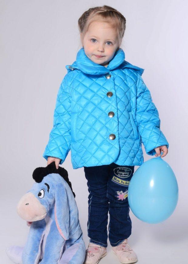 детский куртка фото: короткая стеганая голубая