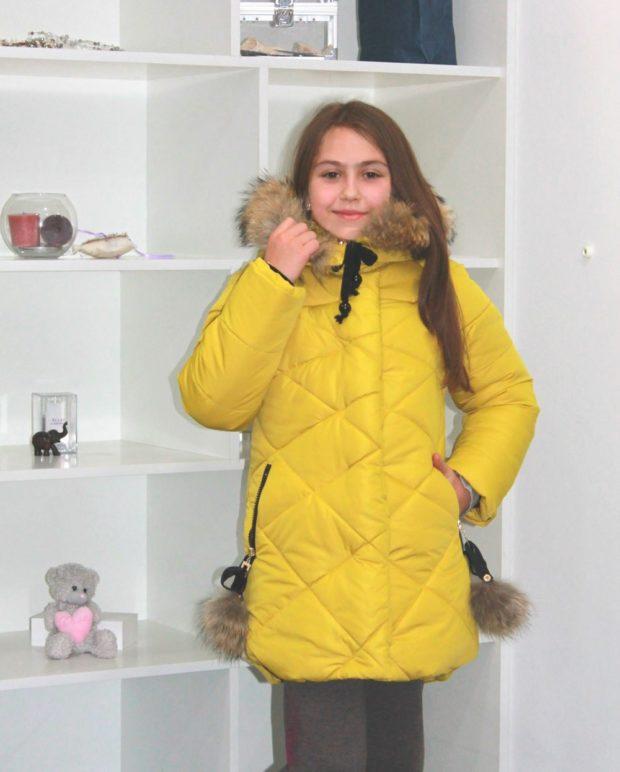 детские зимние куртки: желтый стеганый пуховик с меховым капюшоном