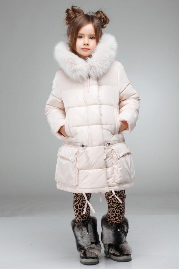 детские зимние куртки: стеганый пуховик ниже колена с капюшоном
