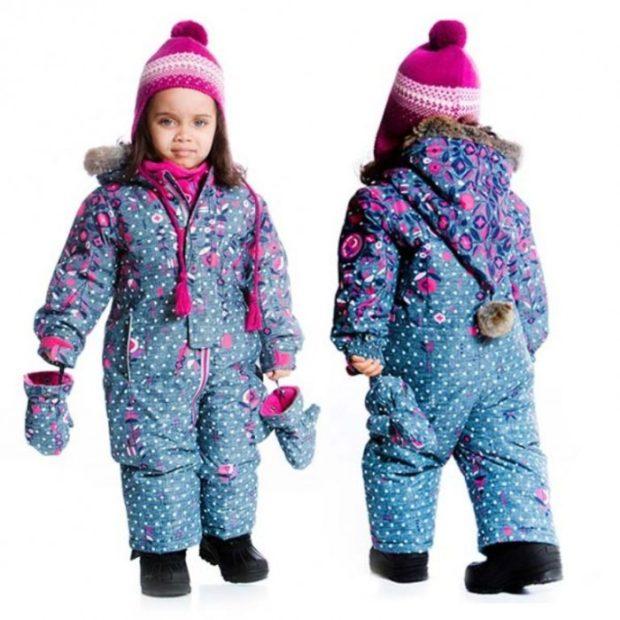детские зимние куртки: яркий комбинезон с варежками и капюшоном