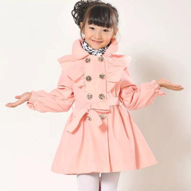 зимний персиковый плащ для девочки с бантами и красивыми пуговками