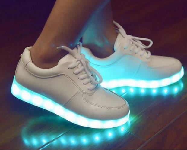 белые кроссовки светящиеся голубым