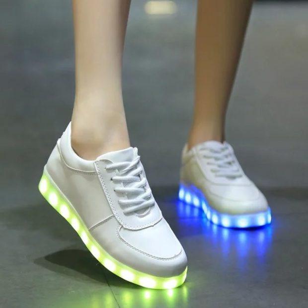белые кроссовки подошва светиться салатовым или голубым