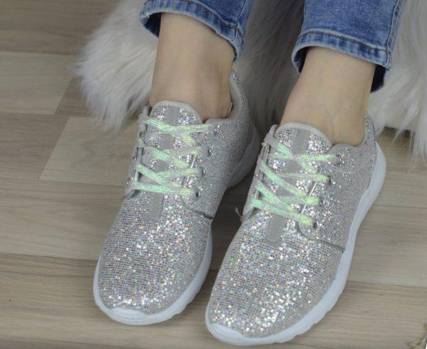 блестящие кроссовки серебро шнурки салатовые