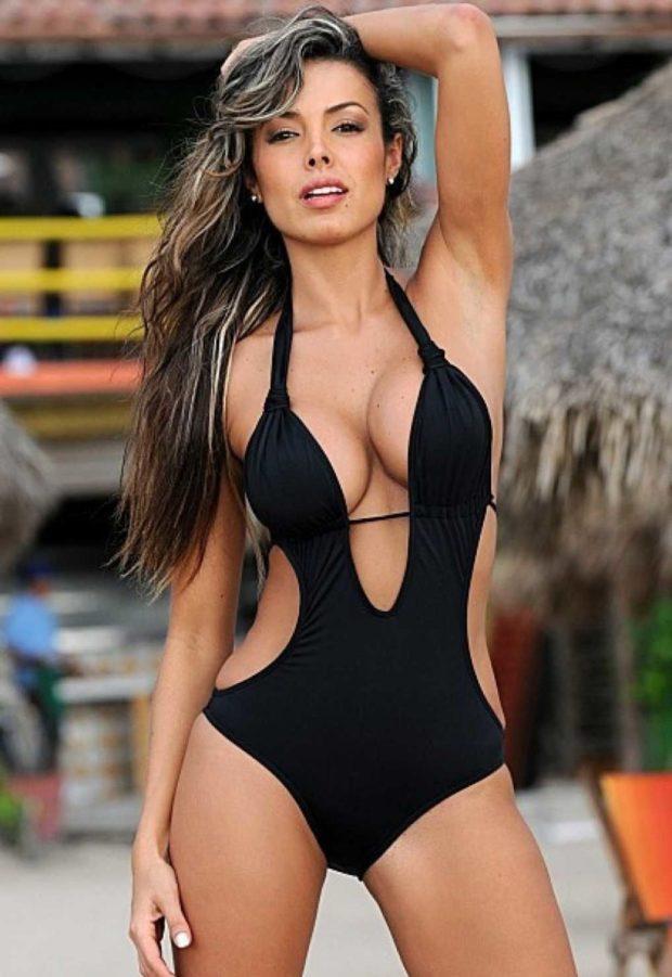 Модные купальники: черный литой с вырезами