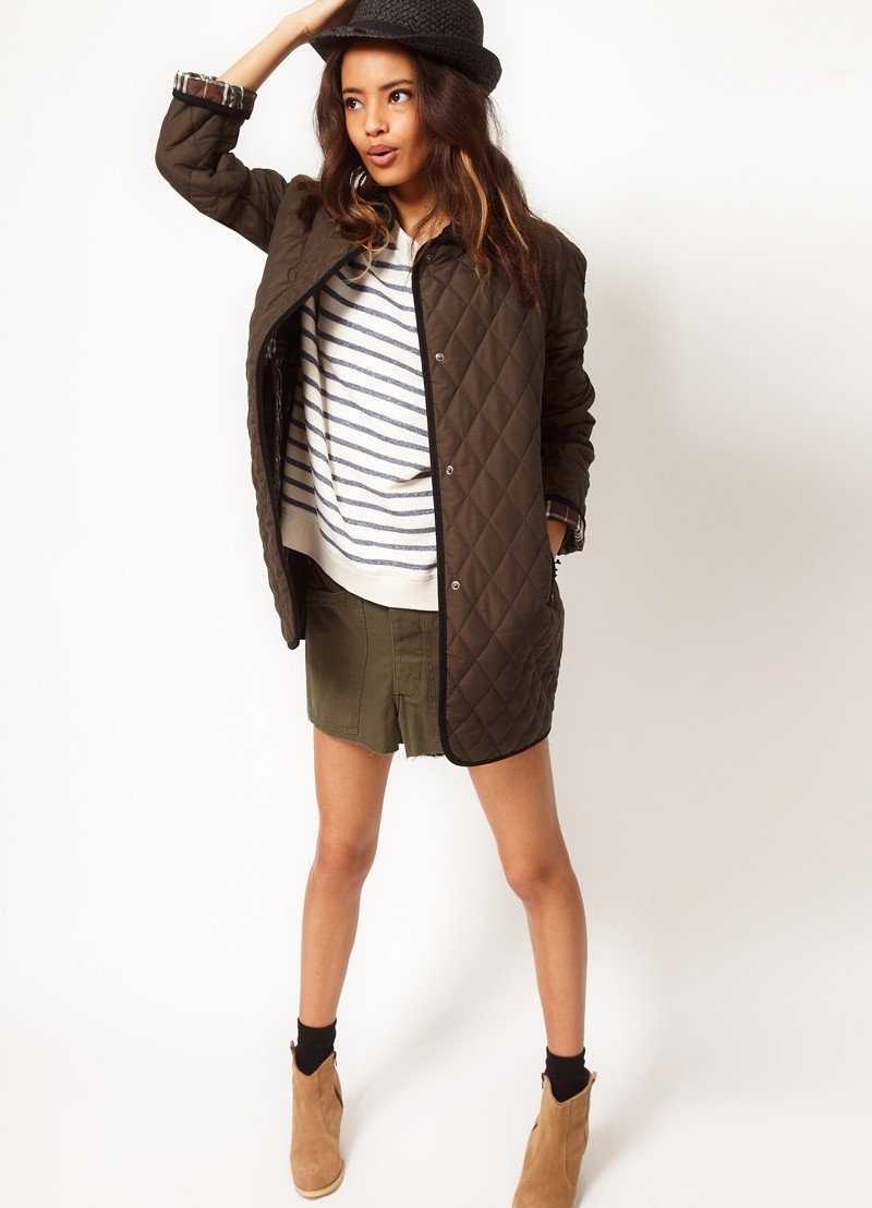 стеганая коричневая куртка удлиненная