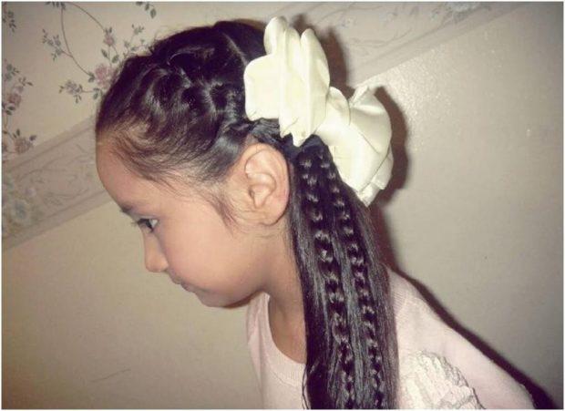 модные стрижки для девочек: коса по всей длине волоса вместе с распущенными