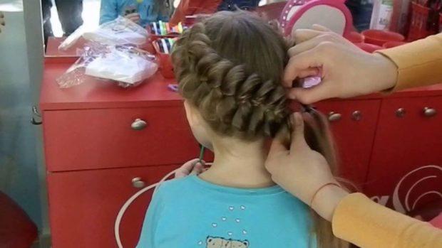 модная стрижка девочке: объемная коса по всей длине волос