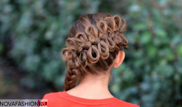 модная стрижка: коса по всей длине с бантами