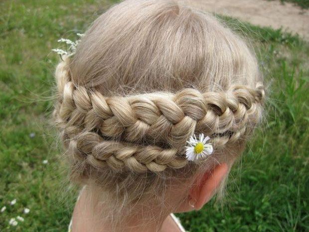 модная стрижка девочке: коса вокруг головы простая в два слоя