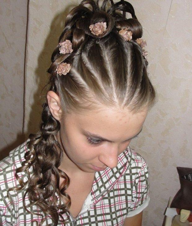модная стрижка девочке: жгут с розами и локонами