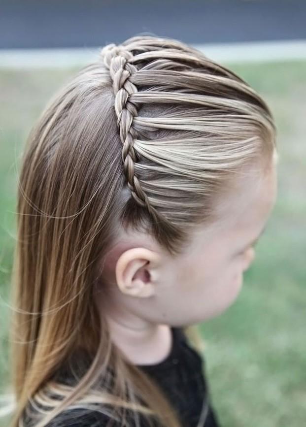 модная стрижка девочке: французский водопад вокруг головы внизу прямые волосы