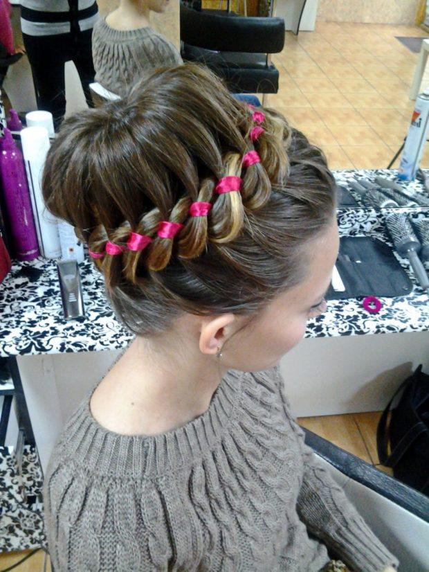модная стрижка девочке: украшенная лентой розовой