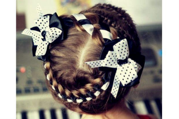 модная стрижка девочке: коса вокруг головы с белой-черной лентами и бантами