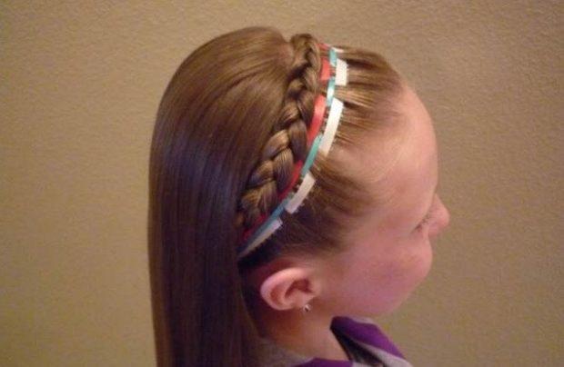 модная стрижка девочке: коса вокруг головы с лентам