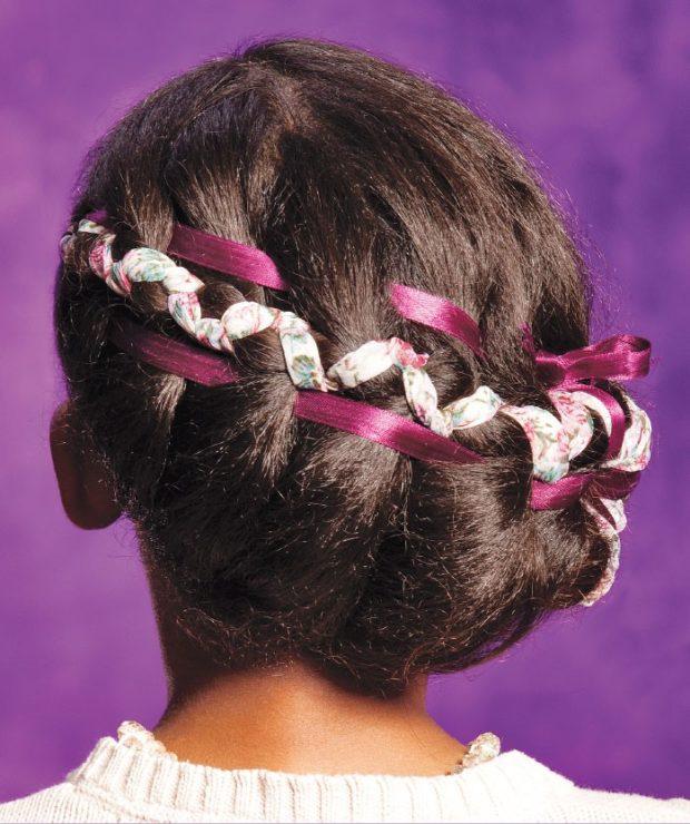 модная стрижка девочке: коса вокруг головы с бордовой и белой лентами