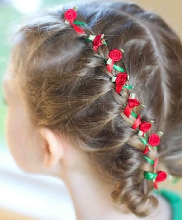 модная стрижка девочке: коса с лентой и мелкой розочкой