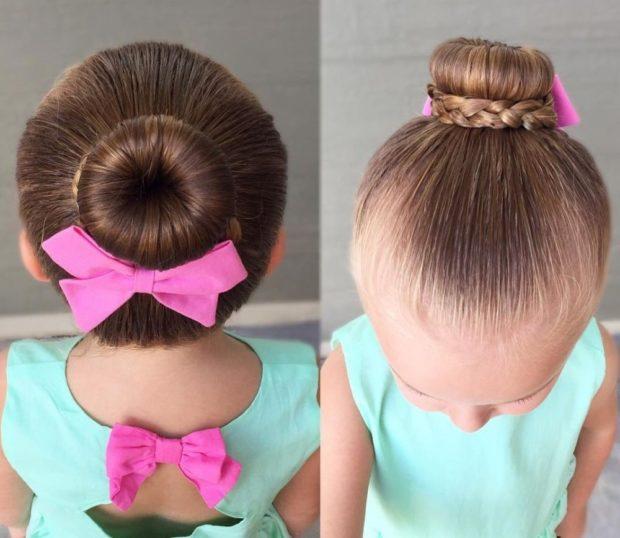 модная стрижка девочке: косичка вокруг гульки с бантиком розовым