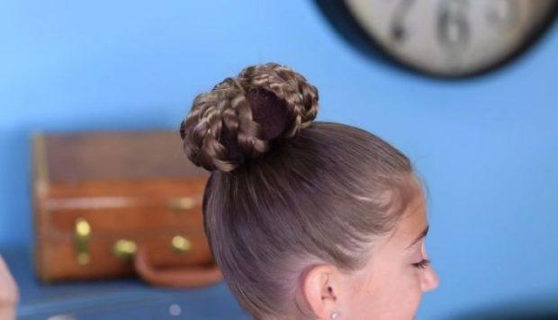 модная стрижка девочке: гулька с косичками