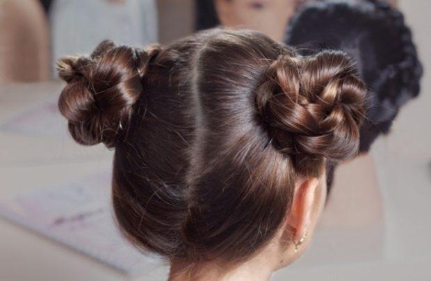 модная стрижка девочке: две гульки из кос