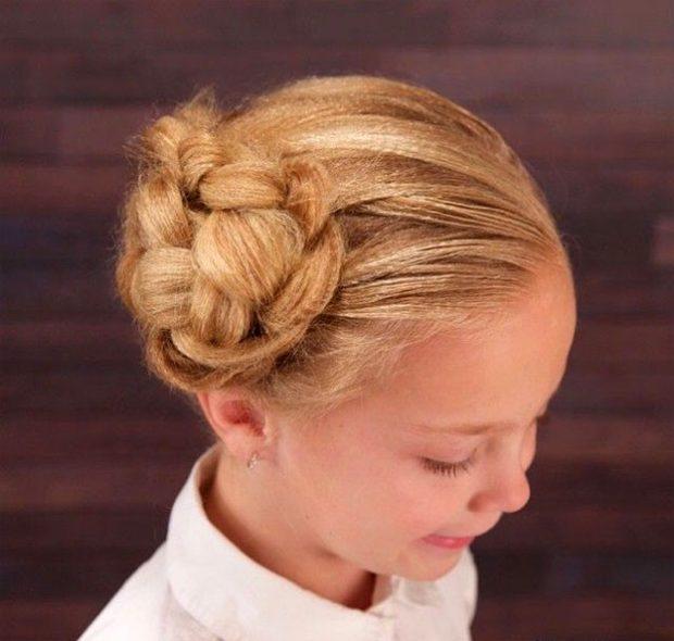 модная стрижка девочке: гулька на боку из косы