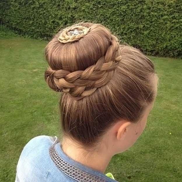 модная стрижка девочке: коса вокруг гульки по центру головы
