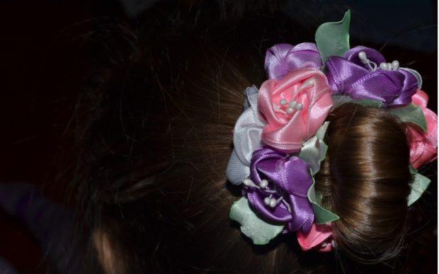модная стрижка девочке: гулька украшенная цветами
