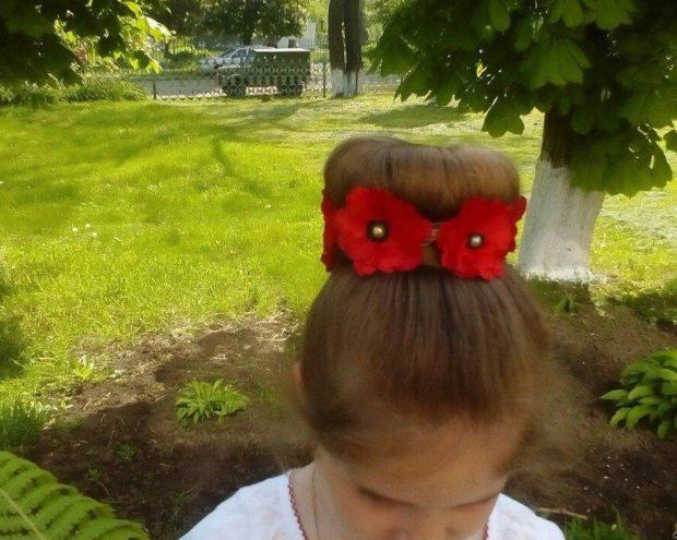 модная стрижка девочке: гулька украшенная маками