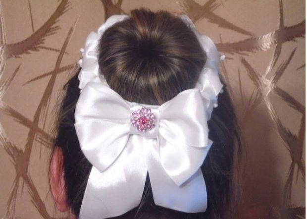 модная стрижка девочке: гулька украшенная атласной лентой с бантом