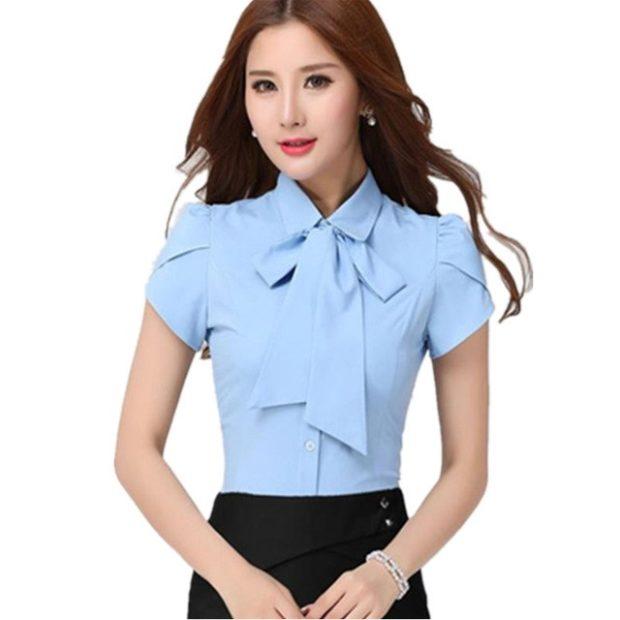женские рубашки стильные 2019-2020: голубая с короткими рукавами и бантом