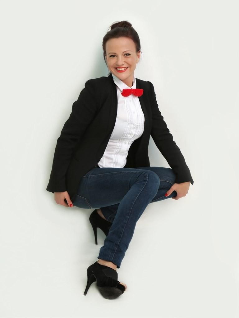 рубашки женские стильные 2018: белая с красным бантом